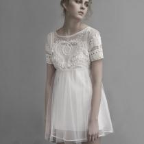Short del bordado de la manga de la alta cintura blanca vestido plisado